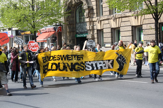 The demonstration heads from Theaterplatz towards Elisenbrunne, lead by people carrying a banner saying &ldquot;Bundesweiter Bildungsstreik&rdquot; (federal education strike).