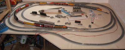 Meine Modellbahn ist eine relativ kleine N-Anlage, ohne Landschaft, die ich immer wieder umbaue.